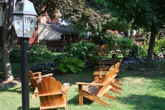 Brickhouse Inn Bed & Breakfast : Relax in the gardens