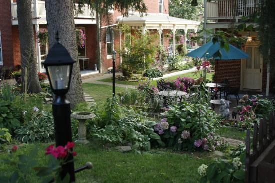 Brickhouse Inn Bed & Breakfast: Shady yard!
