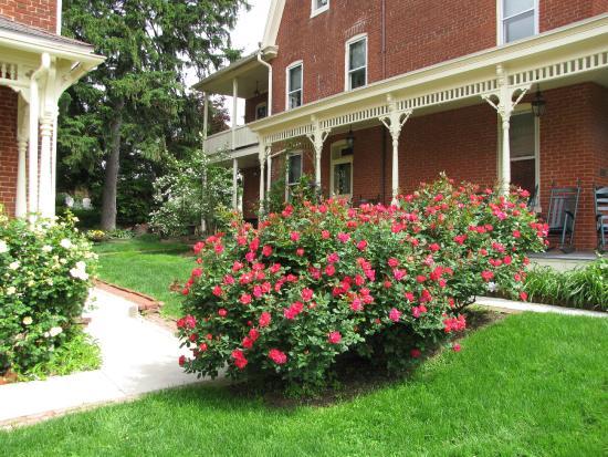 Brickhouse Inn Bed & Breakfast: Lovely gardens