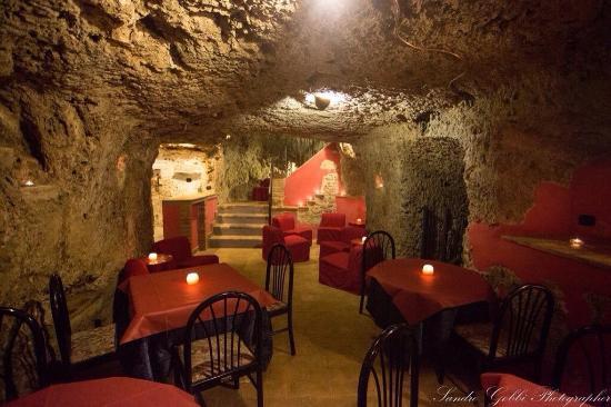 Il Borgovejo si trova nel centro storico di Castiglione in Teverina, a 40 km da Viterbo e a 15 k