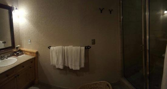 Fairmont Heritage Place, Franz Klammer Lodge: Hallway bathroom with steam shower