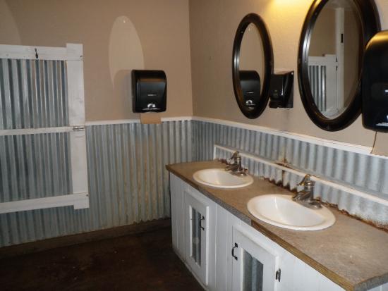 Old Plantation: Unique Rustic Bathroom :)