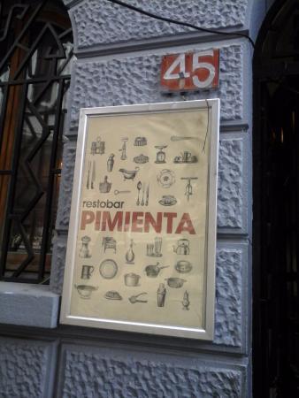 Pimienta RestoBar: frente ,cartel del lugar