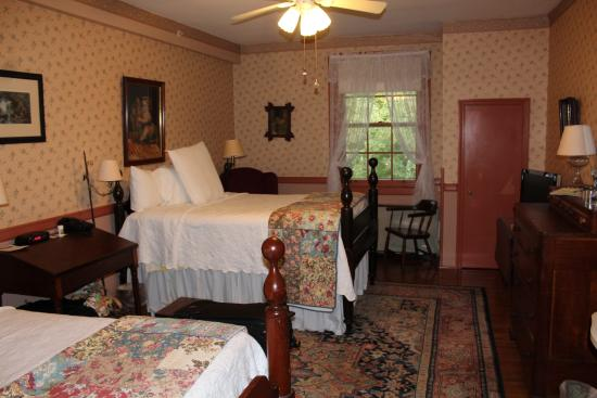 Historic General Lewis Inn: Room 216