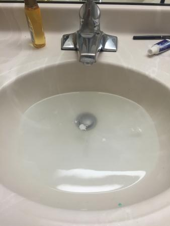 Microtel Inn & Suites by Wyndham Winston Salem: The sink would not properly drain