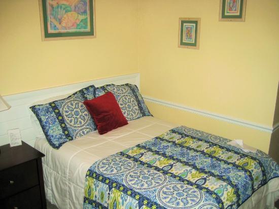 Coastal Waters Inn : Clean, comfortable room