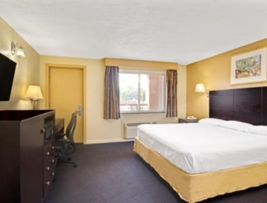 Super 8 by Wyndham Milford/New Haven: King Bed