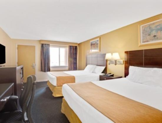 Super 8 by Wyndham Milford/New Haven: Two Queen Beds