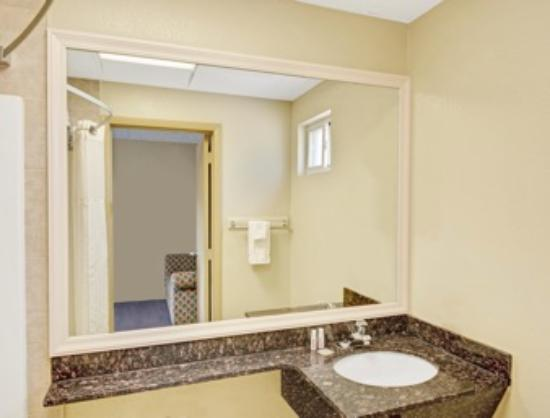 Super 8 Milford/New Haven: Bathroom