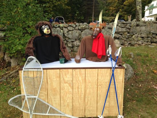 Carter Notch Inn: 'Carter & Notch' Halloween display!