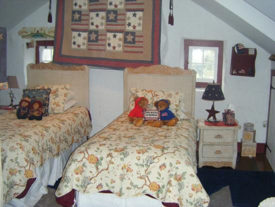 Gordonville, PA: Burgundy Room with split beds