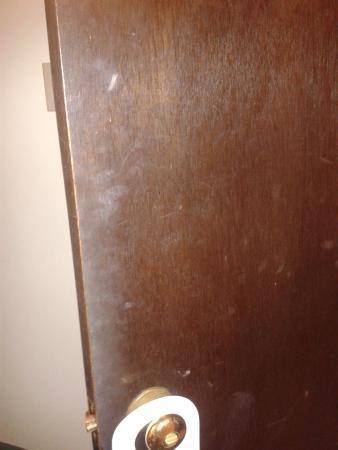 ShoreWay Acres Inn & Cape Cod Lodging : grubby door