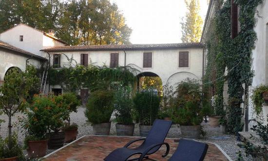 B&B Corte del Drago: questo è il cortile interno..dal quale si accede...Provate ad accedere dall'ingresso ed ..ammira