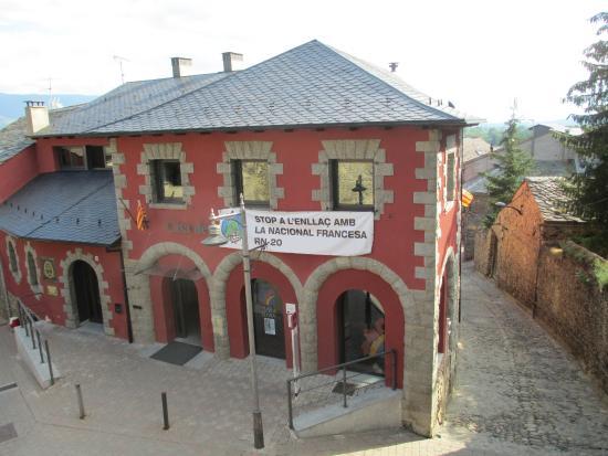 Museo-Vieja Farmacia: Vue du bâtiment depuis l'église