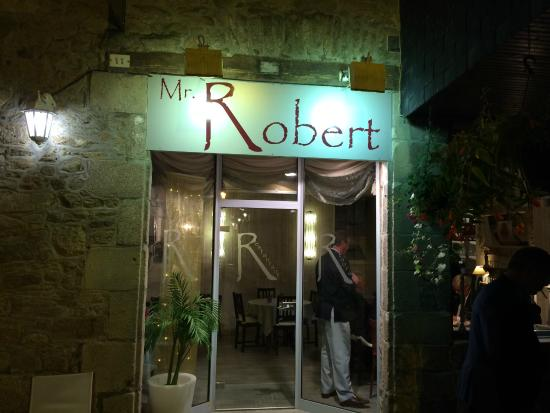 Mr. Robert: A corner restaurant