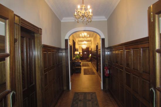 Rowton Hall Hotel and Spa: Hallway