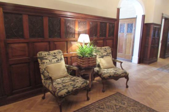 Rowton Hall Hotel and Spa: Lounge area