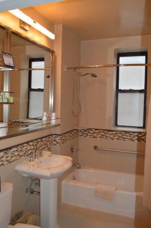 Best Western Plus Hospitality House: Suite Bathroom