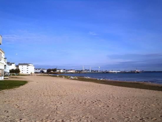 ووترفرونت إن - ماكيناو سيتي: view from the beach, facing north