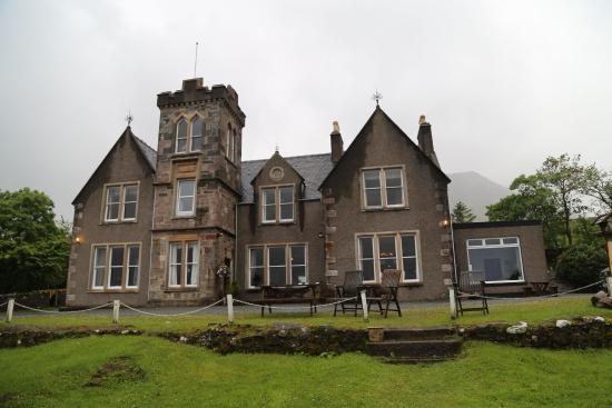 Sconser Lodge Hotel: View of Lodge from water