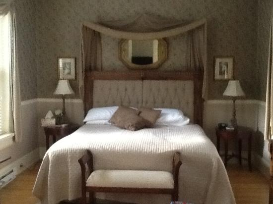 Lovelace Manor Bed and Breakfast: Rose Room