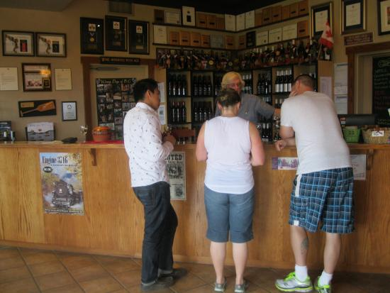 Summerland, Canadá: CHARMING TASTING ROOM