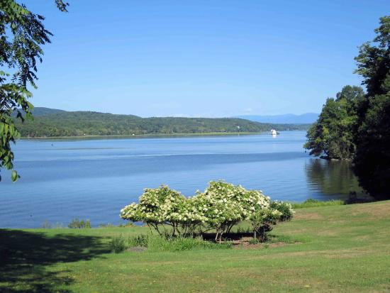 Staatsburg, Νέα Υόρκη: The Hudson River from the grounds