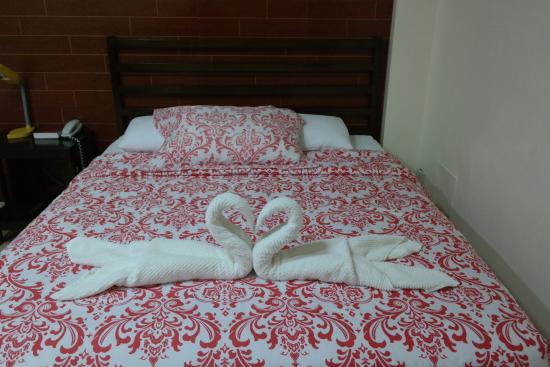 Kalibo Hotel: bed