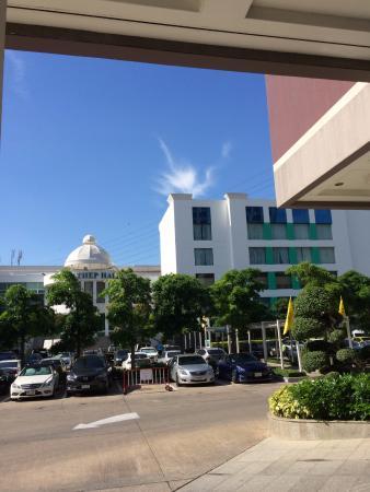 ホテルエントランスからスパなどが入った複合施設を臨む