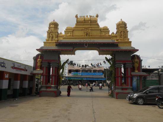 Channapatna, Ấn Độ: Entrance arch taken from inside:Opp is SBI Mallur