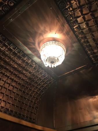 Hotel Deauville: これが手動式エレベーター内