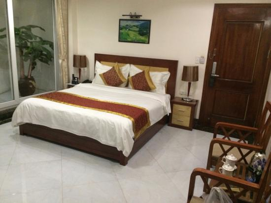 Sapa Paradise Hotel: King Size bed - Bedroom- frontal view