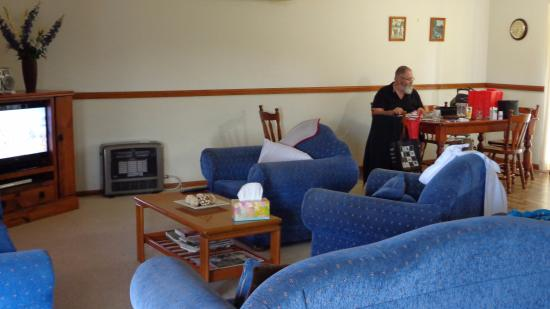 Farmer's Daughter Cottages: Lounge dining area