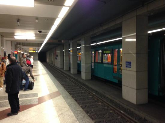 Motel Plus Frankfurt am Main: выход на станцию метро из отеля