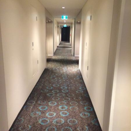 Crown Promenade Perth: Corridor to rooms