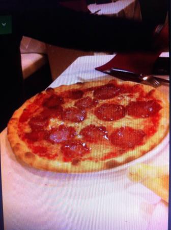 Pizzeria Tyrol: Calzone.      Pizza salami
