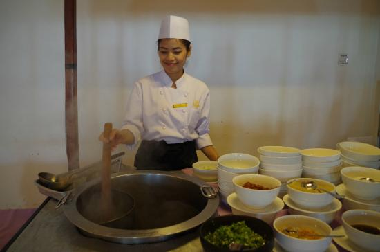 Don Chan Palace: Cheerful lady chef cooking my bowl of Lao pho
