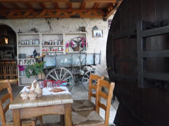Kaliviani, Grécia: огромная дверь
