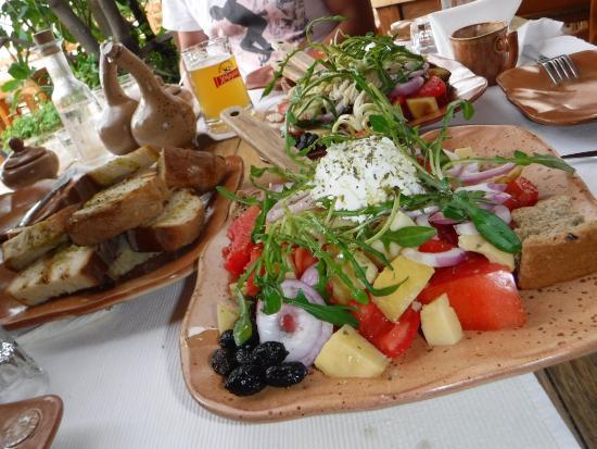 Kaliviani, Grécia: салат с варенной картошкой