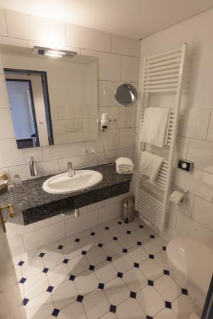 Hotel Altes Land : Bad zum Komfortdoppelzimmer im Stammhaus (renoviert 2015