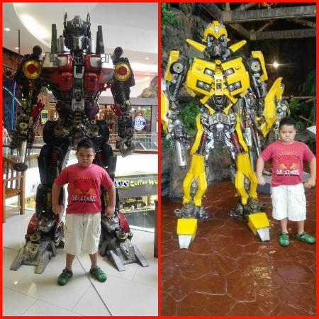 dcc3eb2161 Bumble Bee and Optimus Prime - obrázok Ripley s World Pattaya ...