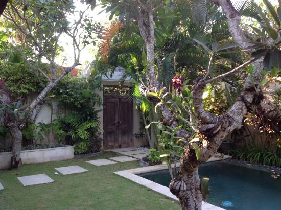 L Entree Son Petit Cheminement Jusqu A L Espace Ouvert Salon Salle A Manger Picture Of Villa Bali Asri Seminyak Tripadvisor