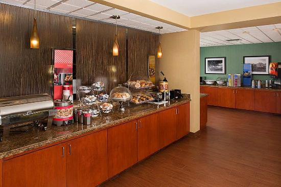 Hampton Inn Central Naples: Breakfast bar area at the Hampton Inn Naples Central