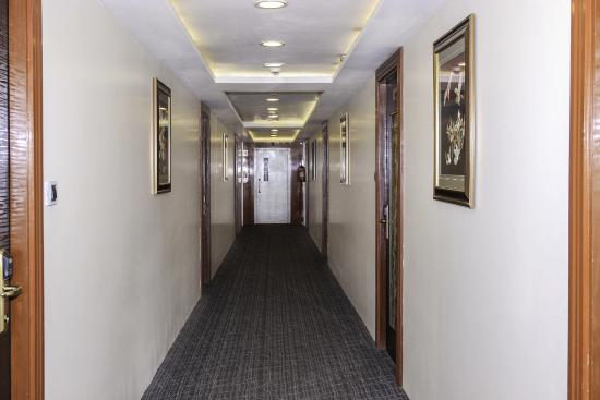 Saravana Boutique Inn: Corridor