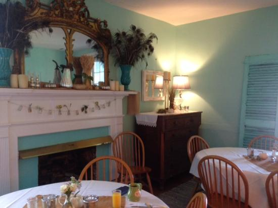 High Meadows Inn: Breakfast area