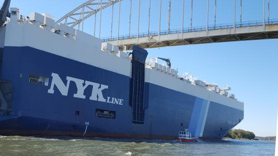 Chesapeake City, MD: Cargo ship  Graceful Leader going under bridge