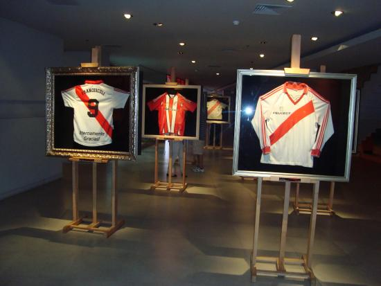 Museo River Plate  sector de camisetas de idolos historicos (la ultima que  usaron) 5dc9dd1c74e6d