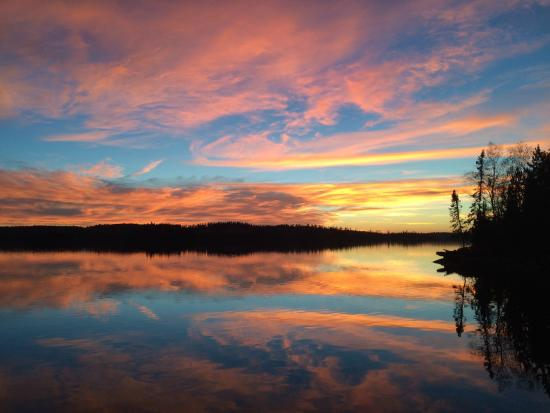 Red Lake, Canadá: Sunset from the docks