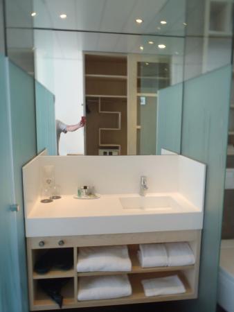 Espace lavabo entre la douche et le cabinet de toilette for Cabine de douche toilette lavabo