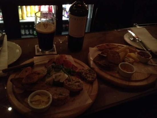 Drogheda, Irlanda: Charcuterie board and Cheese Board at the bar!